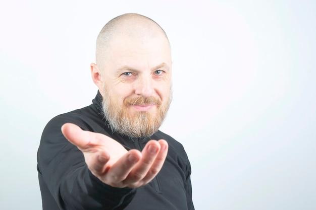 Retrato de um homem barbudo com a mão estendida
