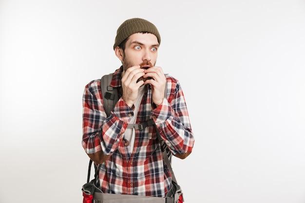 Retrato de um homem barbudo com medo na camisa xadrez