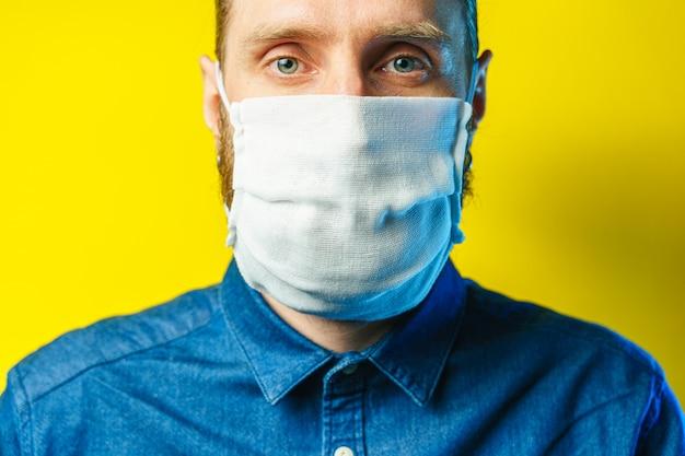 Retrato de um homem barbudo com uma máscara de gaze. proteção preventiva de sua própria saúde contra infecções virais. conceito de coronavírus.