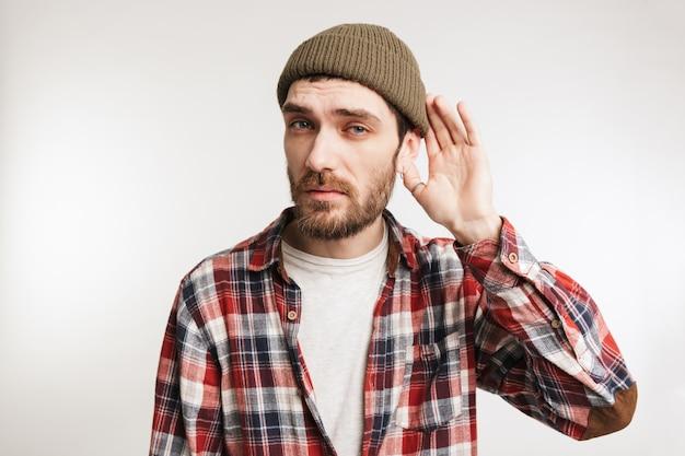 Retrato de um homem barbudo concentrado em camisa xadrez