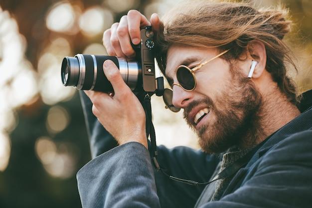 Retrato de um homem barbudo concentrado