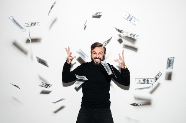 Retrato de um homem barbudo feliz comemorando sucesso