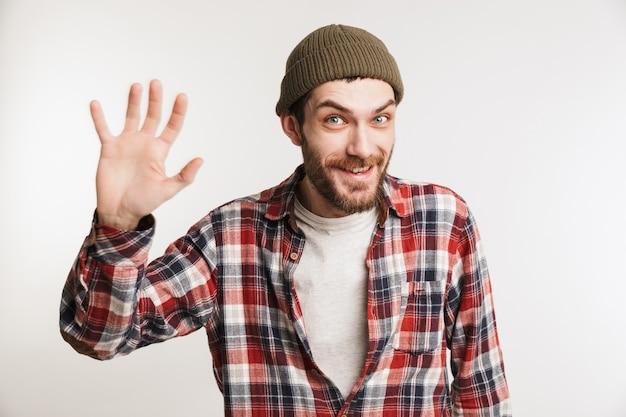 Retrato de um homem barbudo feliz na camisa xadrez