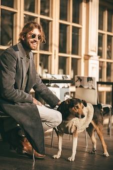 Retrato de um homem barbudo feliz vestido com casaco