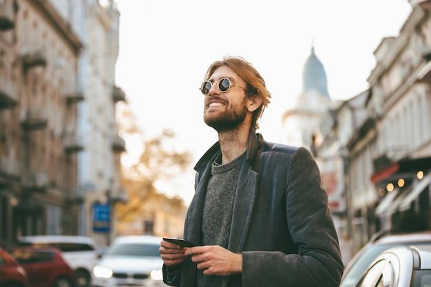 Retrato de um homem barbudo feliz