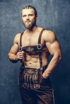 Retrato de um homem barbudo muscular atlético posando