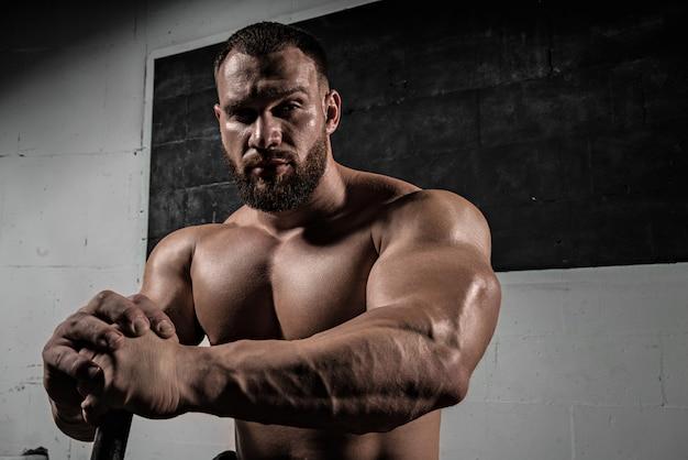 Retrato de um homem barbudo muscular atlético