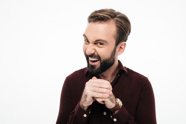 Retrato de um homem barbudo sorrateiro planejando algo