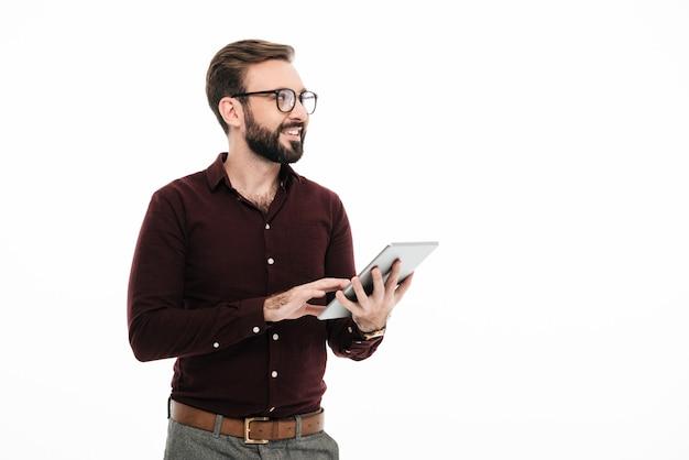 Retrato de um homem barbudo sorridente em óculos