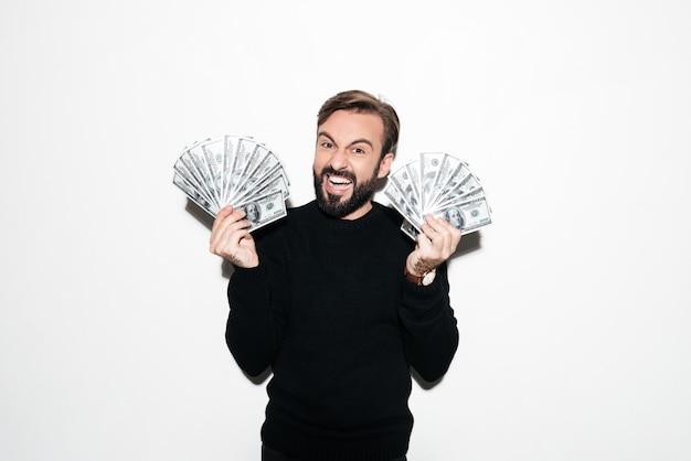 Retrato de um homem bem sucedido alegre mostrando