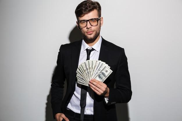 Retrato de um homem bem sucedido confiante de terno e óculos