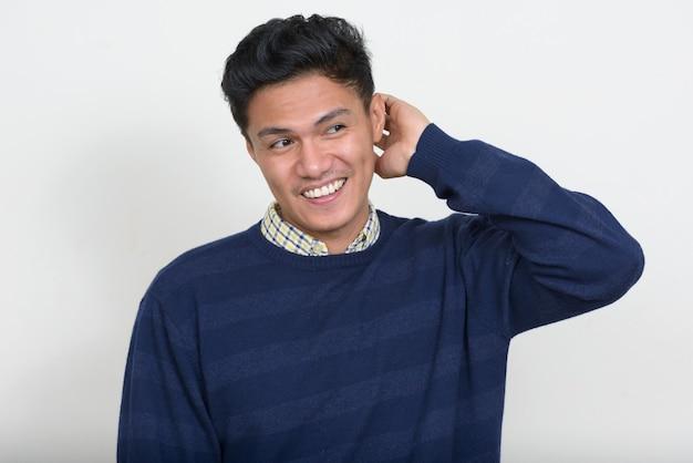 Retrato de um homem bonito asiático com suéter