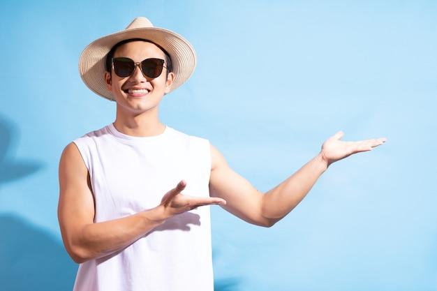 Retrato de um homem bonito asiático usando óculos escuros, conceito de férias de verão.