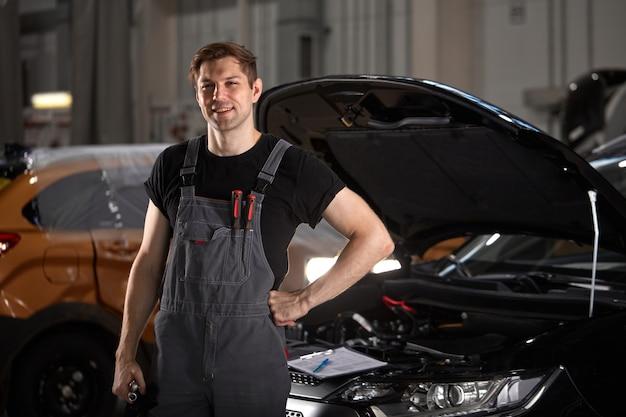 Retrato de um homem bonito, caucasiano, mecânico de automóveis