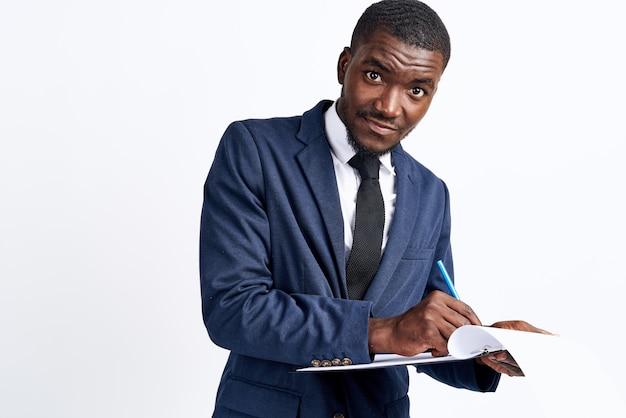 Retrato de um homem bonito de aparência africana em um terno em um modelo de close-up de vista recortada de fundo claro