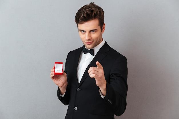 Retrato de um homem bonito e encantador
