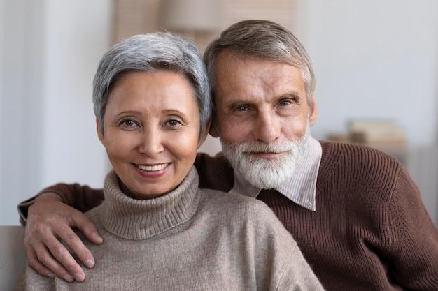 Retrato de um homem bonito e uma mulher sênior