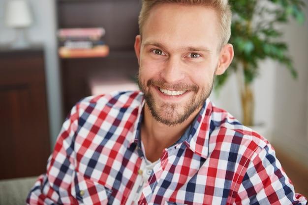Retrato de um homem bonito na sala de estar
