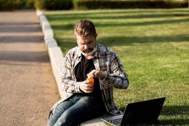 Retrato de um homem bonito segurando uma garrafa de suco
