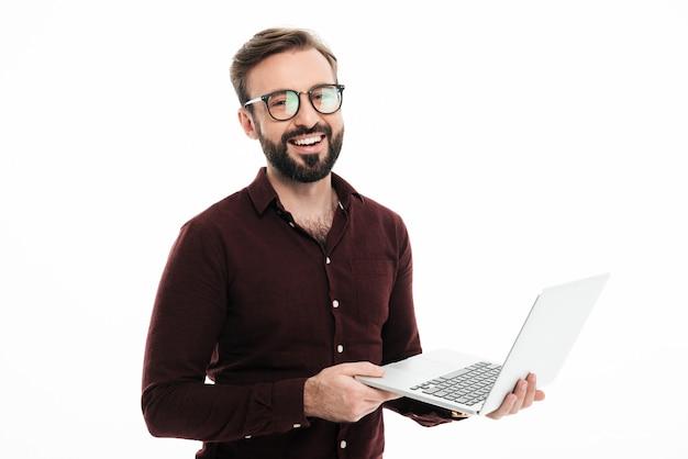 Retrato de um homem bonito sorridente em óculos