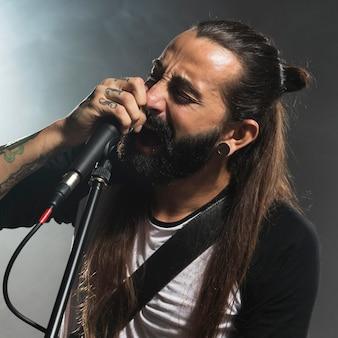 Retrato de um homem cantando no palco