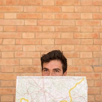 Retrato, de, um, homem, cara covering, com, um, mapa