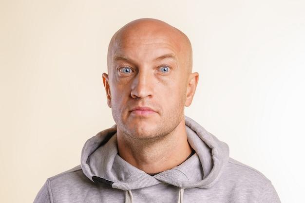 Retrato de um homem careca no rosto surpreso