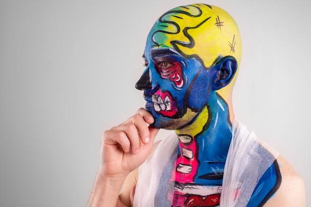 Retrato de um homem catita com cabeça pintada e ombro isolado.