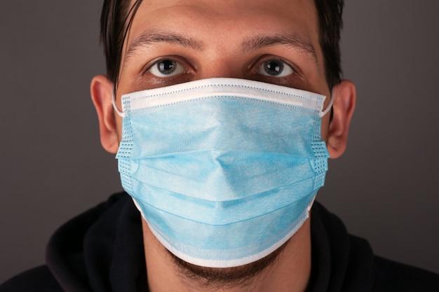 Retrato de um homem caucasiano em um fim de máscara médica acima.