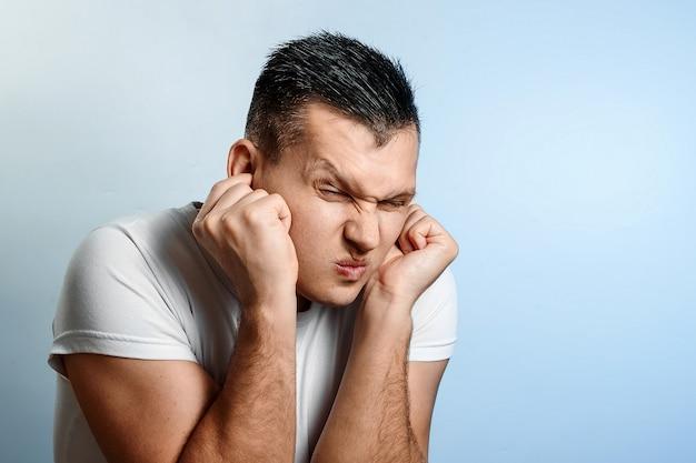 Retrato de um homem close de orelhas de calafetagem que bloquearia o som