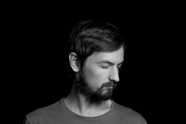 Retrato de um homem com barba em um fundo preto