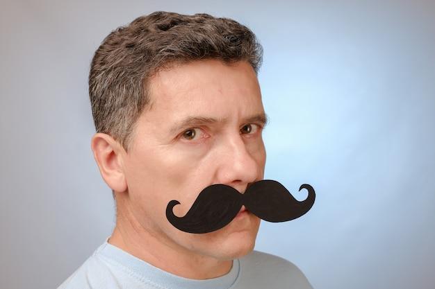 Retrato de um homem com bigode falso para participar de um evento em novembro para ajudar os homens a problemas de saúde de conscientização.
