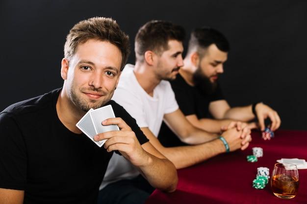 Retrato, de, um, homem, com, cartas de jogar, em, cassino