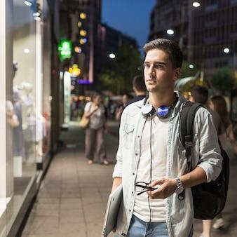Retrato, de, um, homem, com, laptop, fazendo, janela, shopping