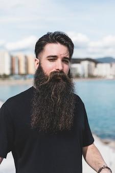 Retrato, de, um, homem, com, longo, barba, em, ao ar livre