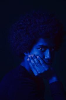 Retrato, de, um, homem, com, luz azul