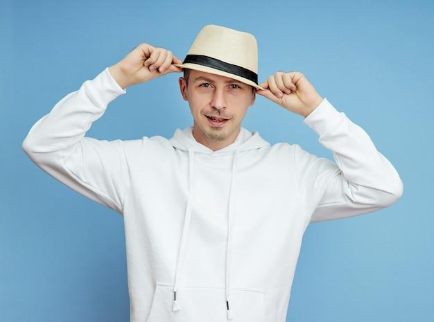 Retrato de um homem com um chapéu, sorriso e emoções alegres no rosto