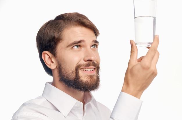 Retrato de um homem com um copo de água transparente bebida estilo de vida saudável