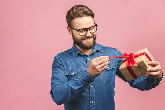 Retrato de um homem com uma caixa de presente