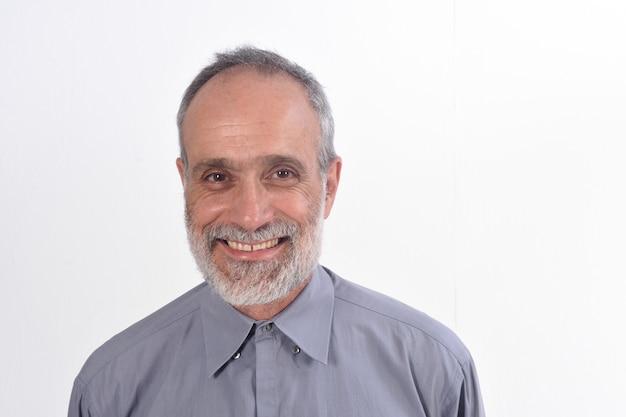 Retrato de um homem de meia idade com camisa e fundo branco