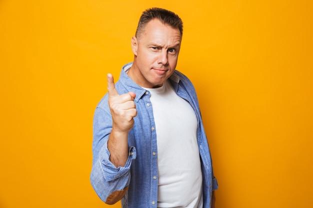Retrato de um homem de meia-idade com raiva apontando o dedo