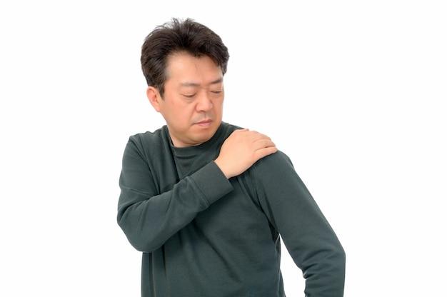 Retrato de um homem de meia idade que sofre de dor no ombro.
