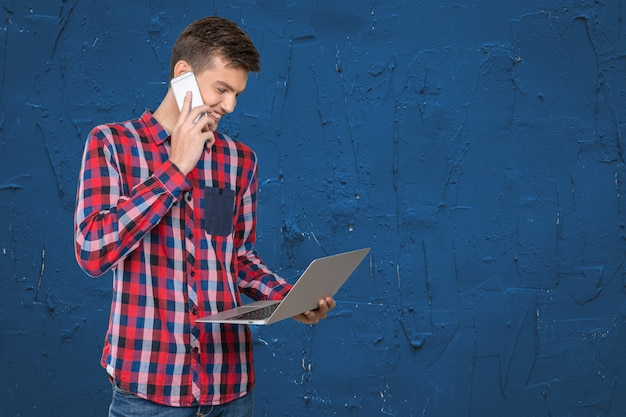 Retrato de um homem de negócios alegre falando ao telefone