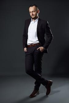 Retrato de um homem de negócios bem-sucedido em um fundo escuro