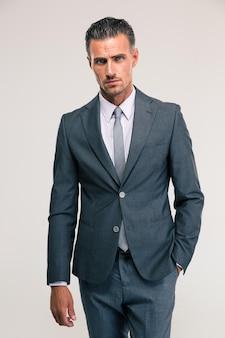Retrato de um homem de negócios bonito em um terno isolado