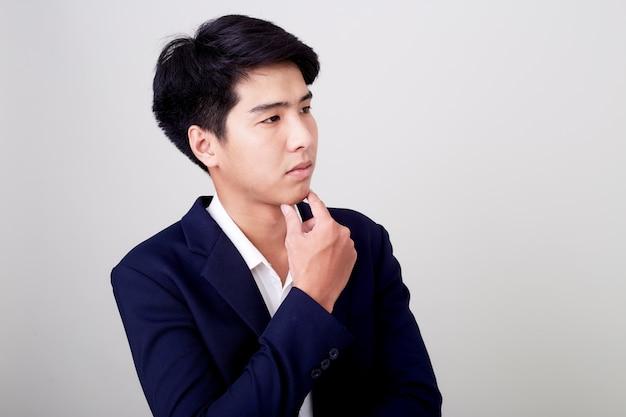 Retrato de um homem de negócios bonito jovem