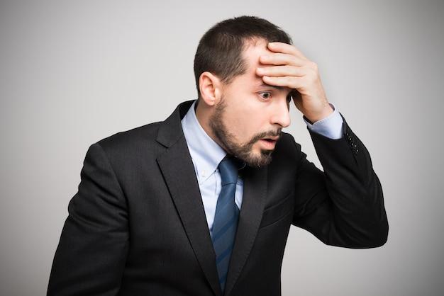 Retrato de um homem de negócios descuidado que esqueceu algo