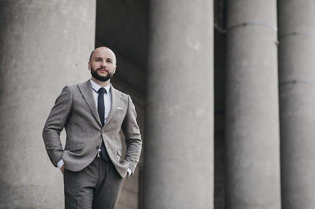 Retrato de um homem de negócios jovem confiante na cidade. conceito de negócio do retrato.