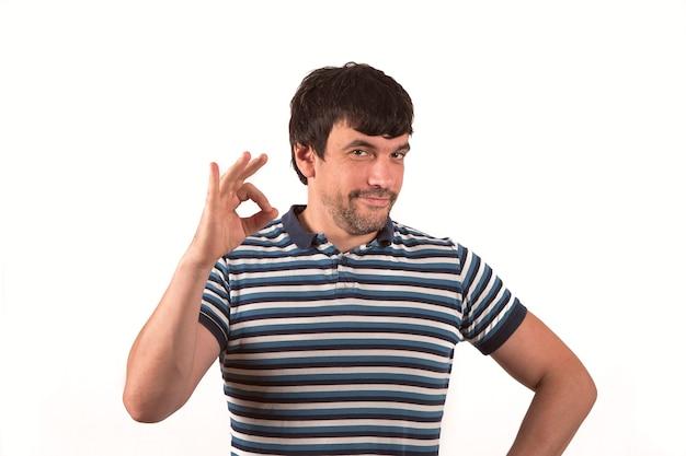 Retrato de um homem de negócios jovem, mostrando o gesto ok isolado sobre fundo branco. ideal para banners, formulários de registro, apresentação, pousos, apresentando conceito.