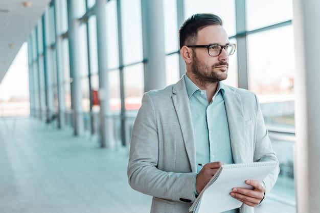Retrato de um homem de negócios ocupado tomando notas.